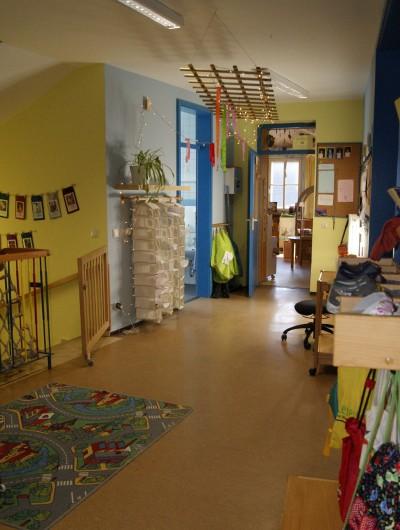 Der Garderoben- und Spielbereich für die Kindergartenkinder